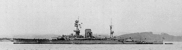 HMS Glorious, 1917. Bizarre light cruiser with battleships guns. Public domain.